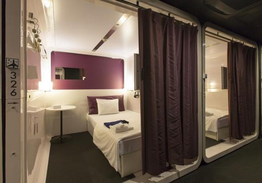 地下鉄四条駅から100m、飛行機をテーマにしたシンプルなコンパートメントの寝室を用意しています。無料の有線インターネット回線が備わります。
