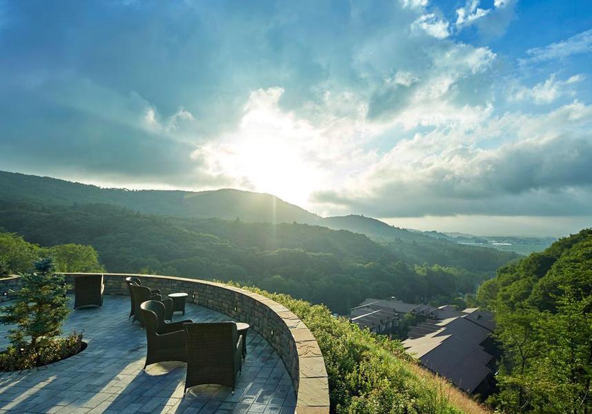 軽井沢に位置し、浅間山の景色を一望するルグラン軽井沢ホテル&リゾートは2018年8月に開業したホテルで、ミシュランの一つ星のレストランを併設しています。