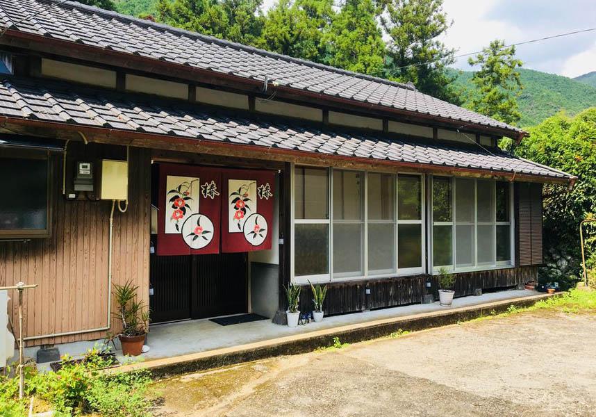 三原村にある、海、川、山に囲まれた宿泊施設です。山と庭園を望めます。別荘にはベッドルーム2室、キッチン(オーブン、電子レンジ付)、バスルーム(バスタブ付)があります。