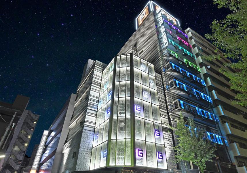 フロントデスクは24時間対応、館内全域での無料Wi-Fi、無料専用駐車場を提供しています。