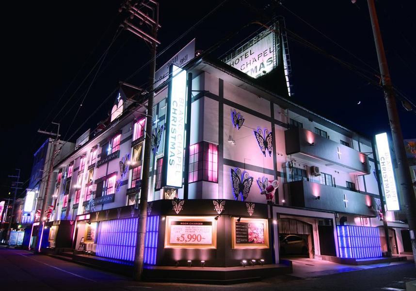 ホテルブランチャペルは大阪から12kmの堺に位置しています。無料Wi-Fi回線、無料の専用駐車場を提供しています。