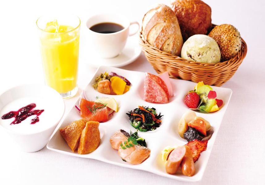 朝食はPortalカフェで提供しており、様々な和食、洋食、ブルディガラの上質のパンを楽しめます。