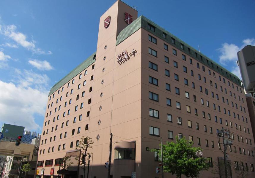 ホテルサンルートニュー札幌は有名な狸小路商店街の向かいにあり、地下鉄すすきの駅から徒歩4分の場所に位置しています。無料有線インターネット付きの客室、レストラン2軒、マッサージサービスを提供しています。