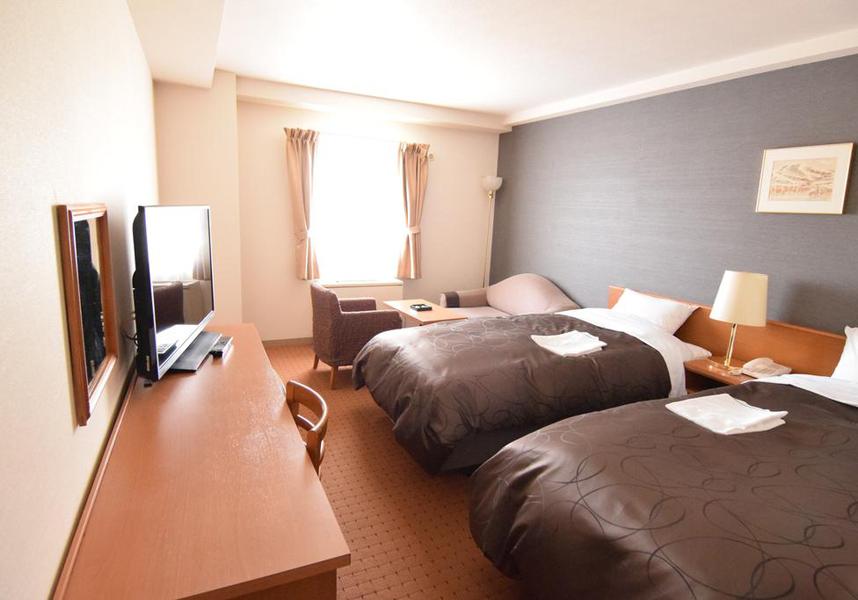 千歳エアポートホテルは、JR千歳駅(新千歳空港から電車で7分)の2番出口から徒歩4分の場所に位置しています
