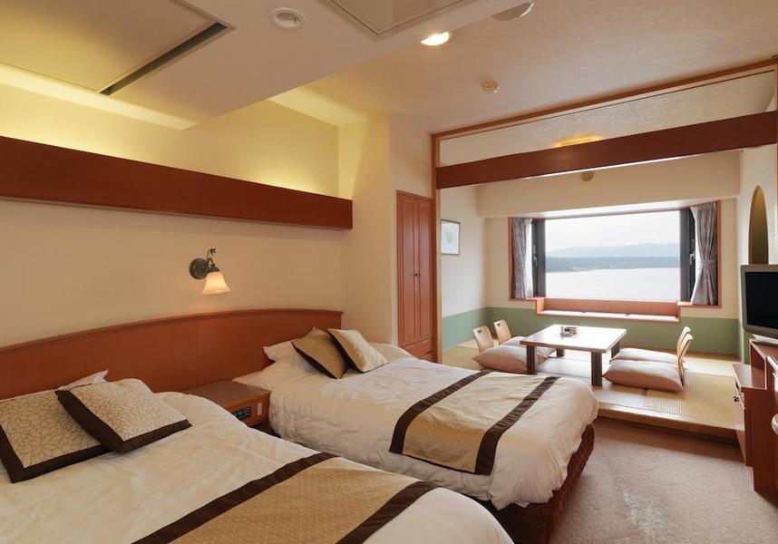 和室と洋室のお部屋を用意しています。釧路市、帯広市、JR札幌駅、新千歳空港との往復シャトルサービスを利用できます。