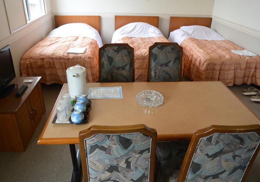 ホテル平安は登別に位置し、登別温泉から10km、登別伊達時代村から7kmです。敷地内の専用駐車場を無料で利用できます。
