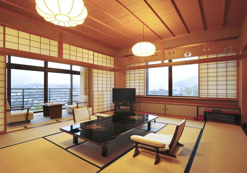 石狩湾と小樽の市街地、山並を見晴らす壮大な眺めと、露天風呂、そして北海道の食材を中心とした料亭旅館ならではの贅を尽くした料理で、お客様をおもてなしいたします。