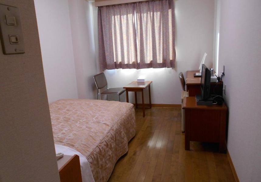 ニューセントラルホテル勝田では、ビュッフェ式朝食を毎朝楽しめます。お部屋にはデスク、薄型テレビ、専用バスルーム(バスタブ付)、簡易キッチン(一部のお部屋のみ)、冷蔵庫が備わります。