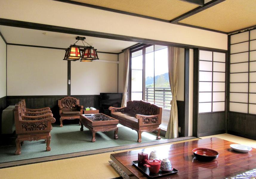 日光のホテル 万葉亭は、日光東照宮まで12kmに位置し、無料Wi-Fi、温泉、敷地内の無料専用駐車場を提供しています。