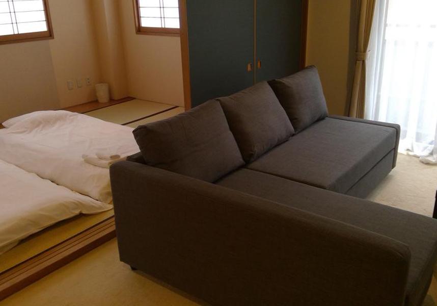 セブンリゾート北軽井沢は長野原町にある2つ星ホテルで、エアコン、無料Wi-Fi、薄型衛星テレビ、専用バスルーム付きのお部屋を提供しています