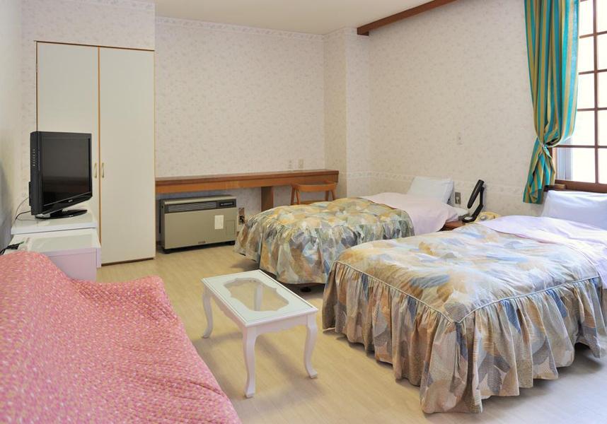 大平ホテルでは、布団を利用する和室とカーペットフロアの洋室を用意しています。全室にテレビ、冷蔵庫、専用トイレが備わります。バスルームは共用です。