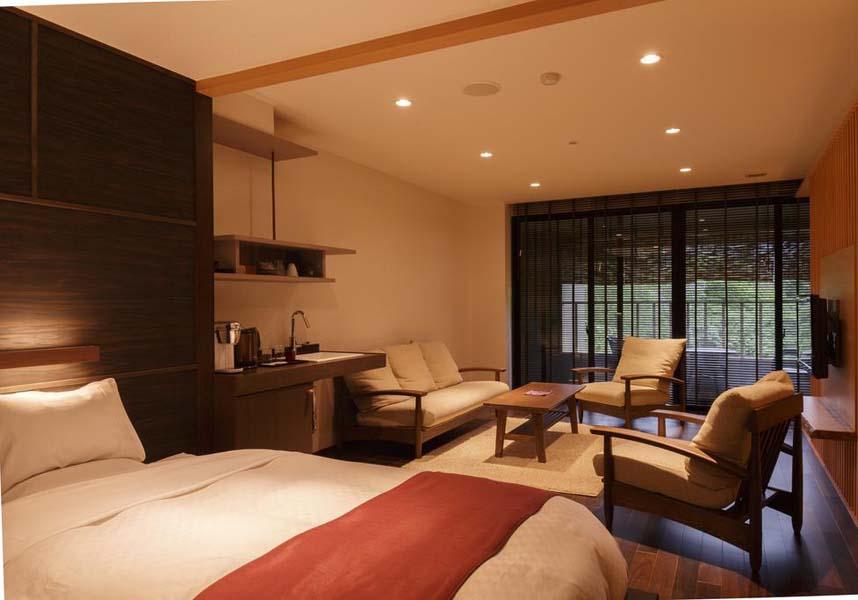 長栄館は雫石にある旅館で、高温のまま湧き出る源泉を利用した天然温泉の浴場(加温やリサイクルはしていません)、館内での無料Wi-Fi、敷地内の無料専用駐車場を提供しています。