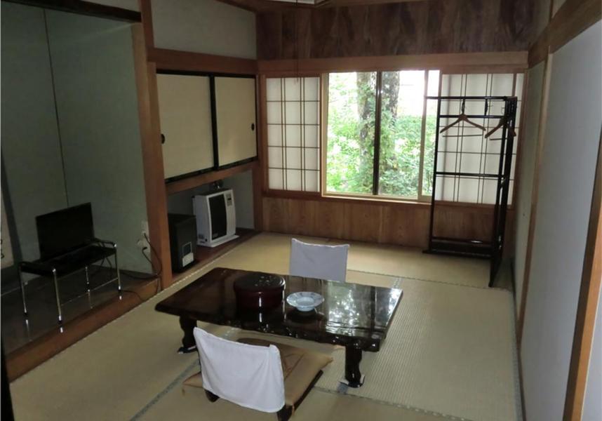 客室には薄型テレビが備わり、一部の客室からは山または川の景色を望めます。バスルームは共用で、バスローブ、スリッパ、無料バスアメニティを用意しています。