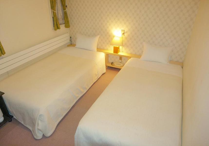 ゲストは温泉を利用できます。館内には荷物預かりスペースがあります。