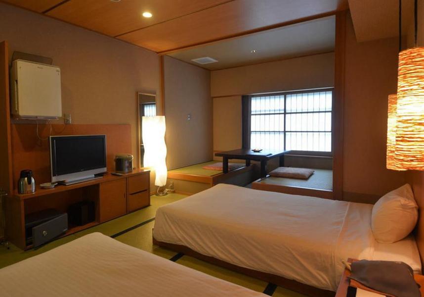 萩姫の湯栄楽館のお部屋には薄型テレビ、専用バスルーム(バスタブ、無料バスアメニティ付)が備わり、一部のお部屋からは山を望めます。