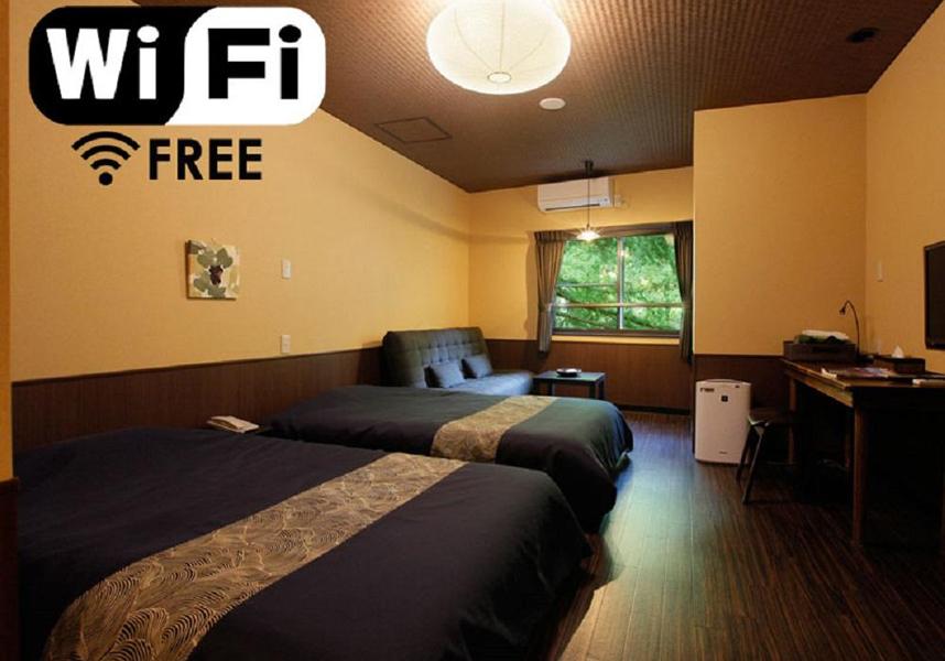 お部屋には薄型テレビ、電気ポット、スリッパ、ヘアドライヤーが備わっています。全室禁煙で、各フロアに指定の喫煙エリアがあります。ルームサービスを利用できます。