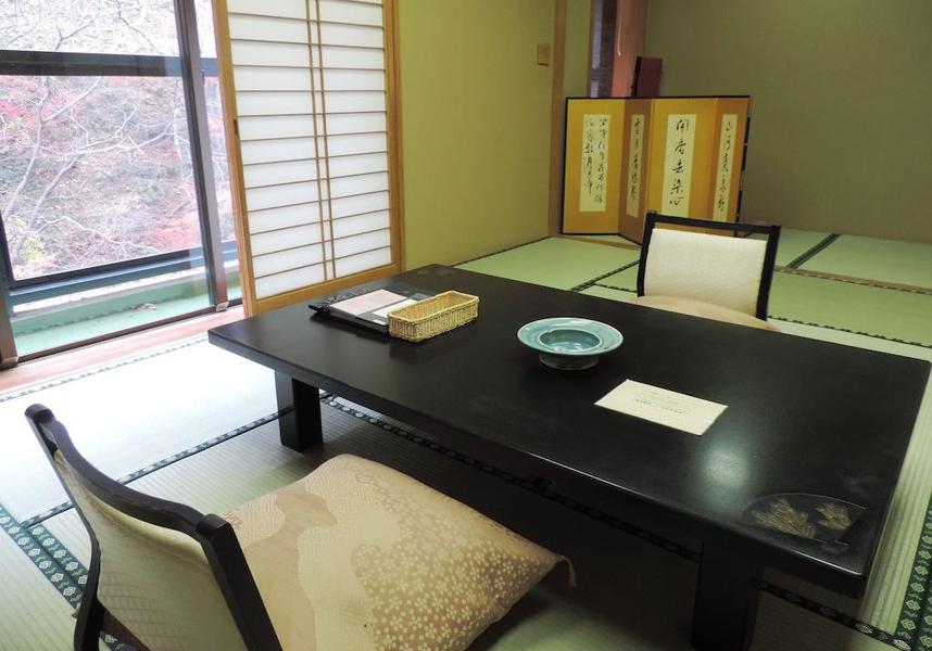 畳敷きの客室には、エアコン、シーティングエリア、専用バスルーム、テレビ、電気ポット、冷蔵庫、無料バスアメニティ、浴衣、緑茶セットが備わります。