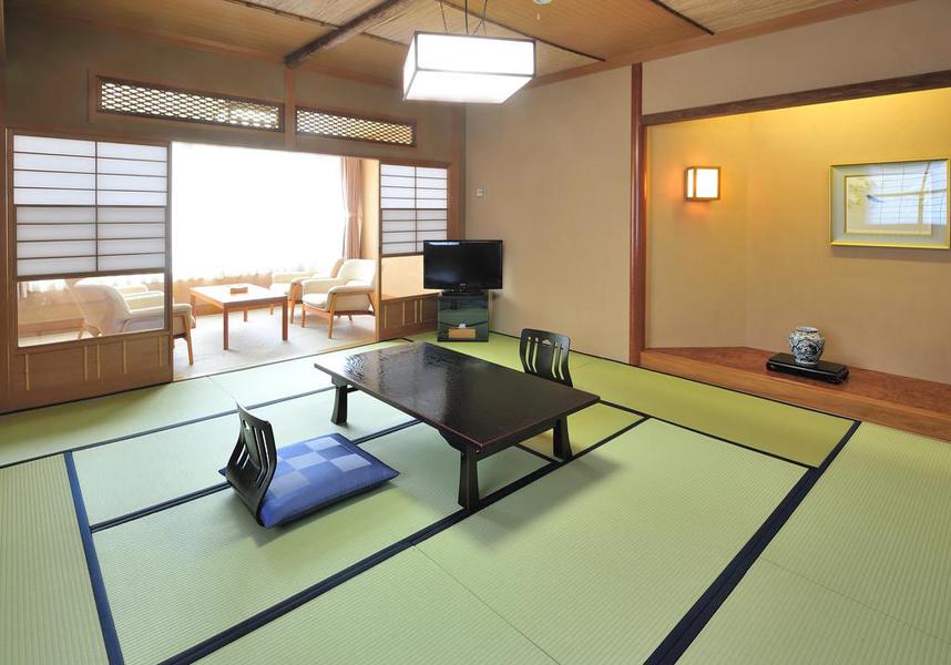 広々とした客室には薄型テレビ(衛星チャンネル付)、冷蔵庫、快適なシーティングエリアが備わっています。布団が備わる畳敷きのお部屋、ベッド付きのお部屋も用意しています。