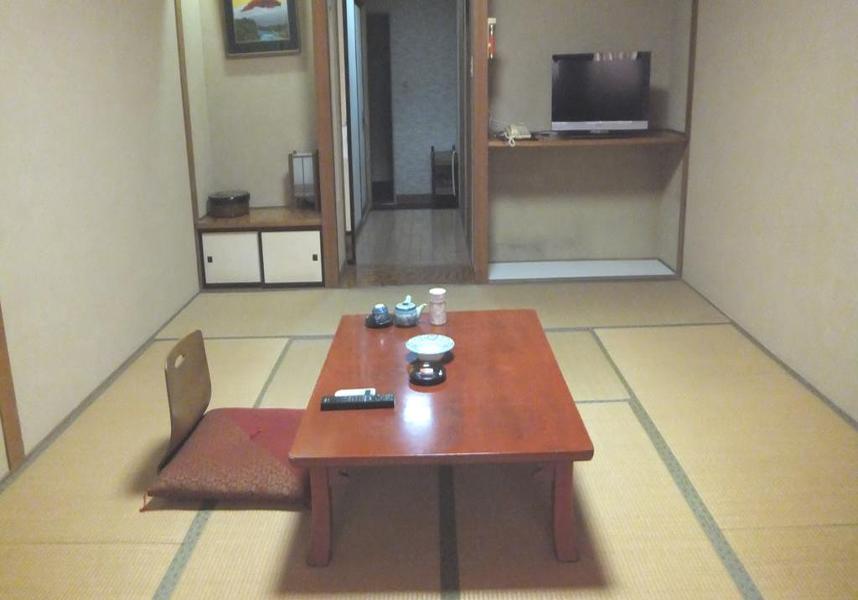 旅館の客室にはエアコン、薄型テレビ、スリッパ、無料バスアメニティが備わっています。
