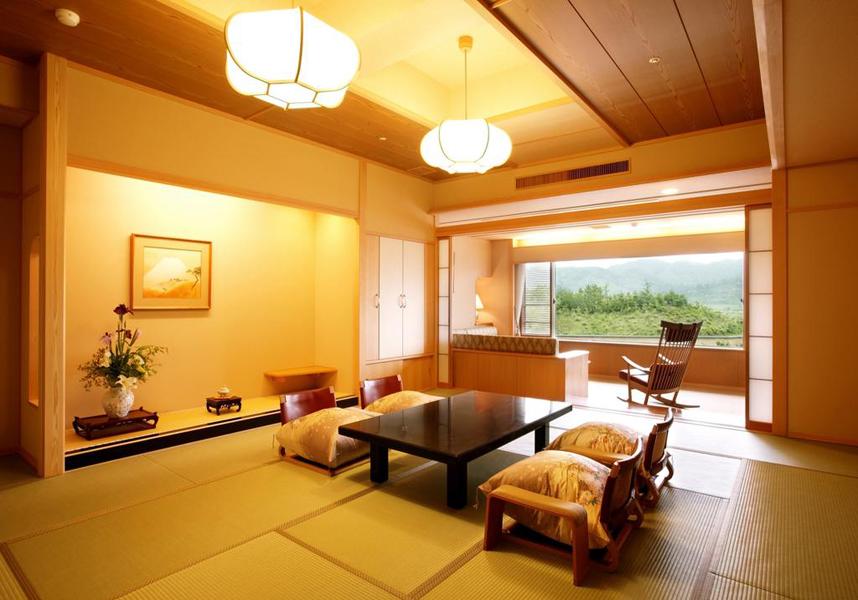 モダンな折衷料理を提供する洗練された日本旅館です。カラオケ施設、アロマサロン雪つばきを併設しています。無料Wi-Fiは共用エリアで利用可能です。