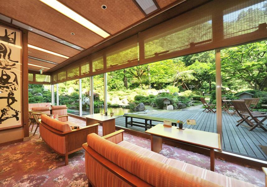 畳敷きの客室にはエアコン、布団、窓際のシーティングエリア、冷蔵庫、電気ポット、テレビ、専用バスルーム(無料バスアメニティ、スリッパ付)が備わり、庭園の景色を望めます。