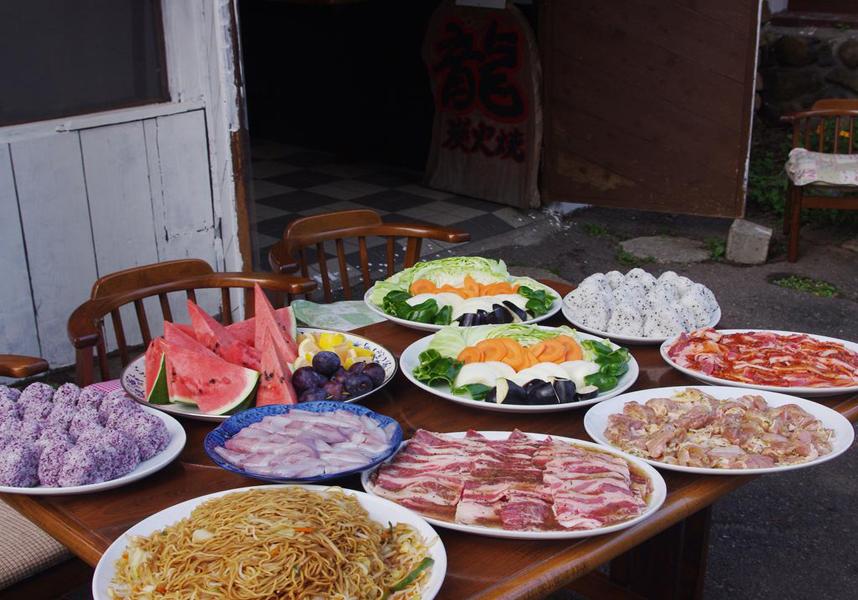 滞在中はアジア料理の朝食を楽しめます。温泉を併設しています。周辺エリアではスキーなどのアクティビティを楽しめます。