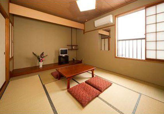 庭園を併設する敷島荘は佐渡にあり、佐渡島から22kmの場所に位置しています。2つ星の旅館で、エアコンが付くお部屋、無料Wi-Fiを提供しています。