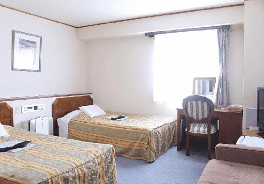 客室にはエアコン、テレビ、冷蔵庫、電気ポット(緑茶ティーバッグ付)、浴衣、スリッパ、専用バスルーム(ヘアドライヤー付)が備わっています。