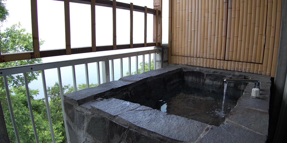 ペリーゴールならでは眺望が広がる露天風呂。 日本海を渡る風を感じながらプライベートな時間が過ぎてゆく。<301号室>
