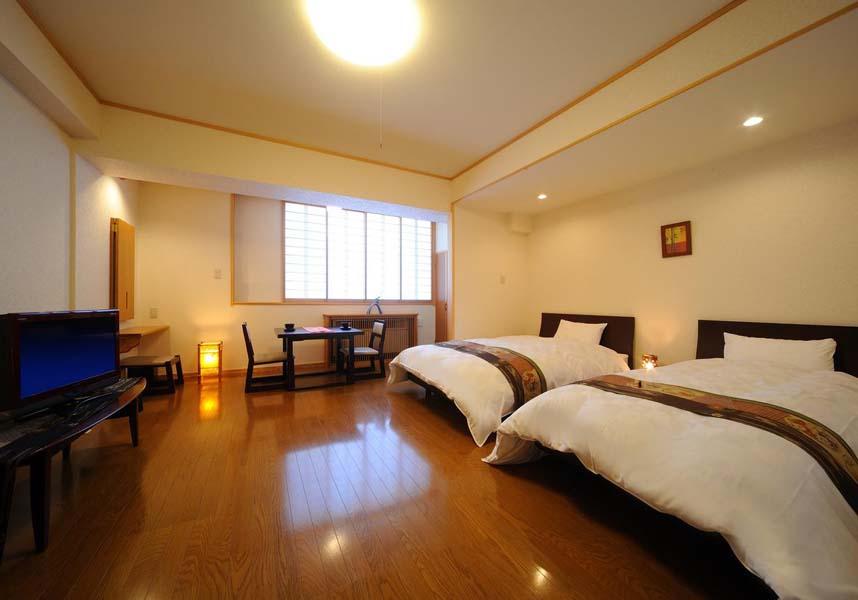 客室には薄型テレビが備わり、一部のユニットにはリラックスできるシーティングエリアが付いています。館内全域の無料Wi-Fiを利用できます。