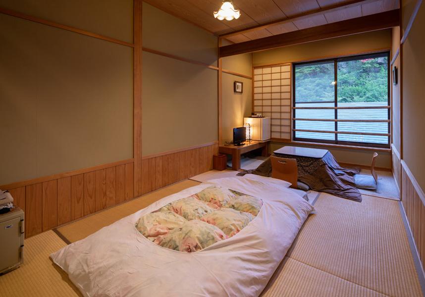 客室は畳敷きで、床暖房、布団、液晶テレビ、小型冷蔵庫、セーフティボックス、浴衣、足袋、バスアメニティ、トイレが備わります。入浴施設は共用となります。