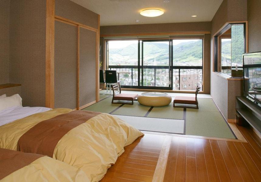 石和温泉から徒歩6分です。無料Wi-Fi付きのお部屋、温泉、サウナ、24時間対応のフロントデスクを提供しています。松本空港まで100kmです。