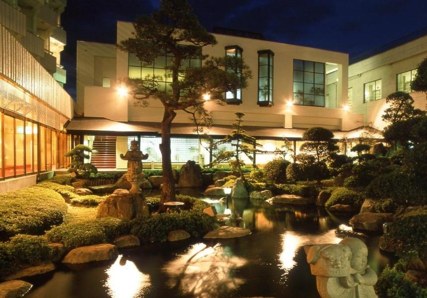 石和温泉駅から車で5分、温泉(露天風呂付)、レストラン、サウナ、カラオケ設備、鯉が泳ぐ大きな池のある美しい日本庭園の景色を望む足浴施設。