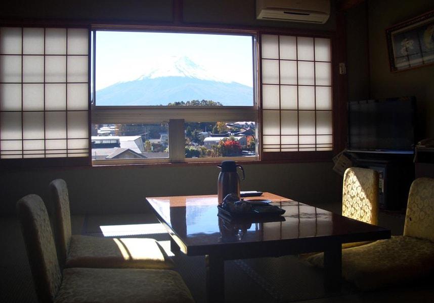 居心地の良い和室のお部屋(浴衣付)。登山道でのハイキングや富士急ハイランド遊園地(車で10分)で過ごした後は、大浴場でリラックス。