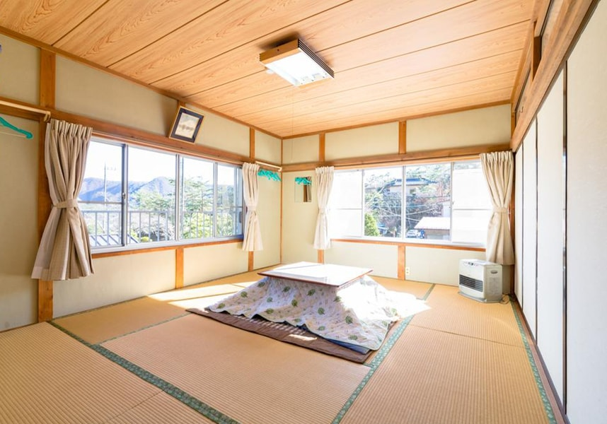 富士河口湖に位置し、河口湖から8km、富士山から17km、西湖から2.4kmです。山の景色を楽しめます。