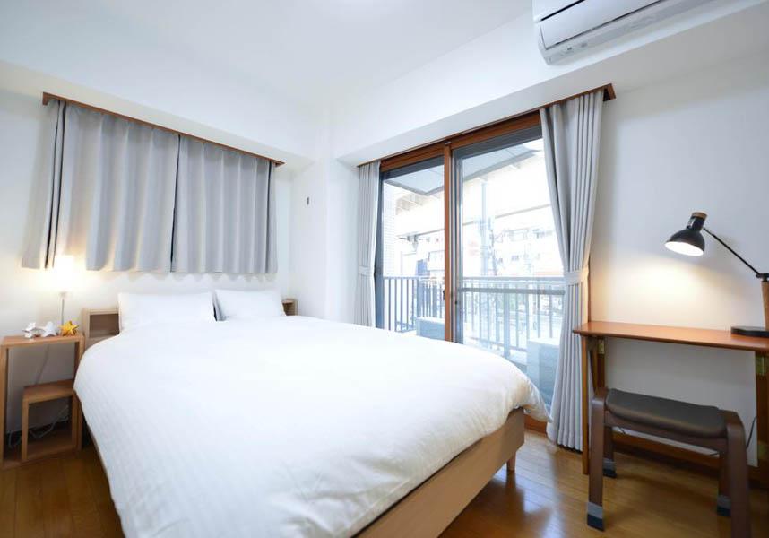 お部屋にはバルコニー、エアコン、薄型テレビ、専用バスルーム(無料バスアメニティ付)、キッチン(電子レンジ、冷蔵庫、コンロ付)が備わります。無料Wi-Fiが利用できます。