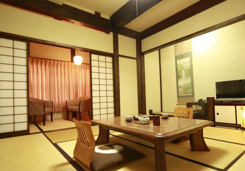 旅館むら山は伝統的な日本建築の旅館で、温泉、料Wi-Fi、料駐車場を提供しています。リニューアルした男女のお風呂は和モダンな雰囲気で、新たにシャワーブースを備え更に快適にご利用いただけるようになりました。