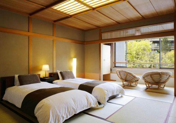 畳敷きで障子のある伝統的なお部屋を用意しています。穂高荘 山がの湯のお部屋には、布団、設備の整った専用バスルーム(洋式トイレ付)が備わります。シンプルでエレガントなお部屋で、山の景色を眺めながらくつろげます。