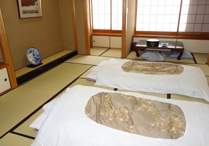 睦館は下呂温泉地区に位置し、くつろいだ雰囲気の畳敷きの和室、天然温泉を提供しています。睦館はトリップアドバイザー・トラベラーズチョイスアワード2018のB&B/イン部門で日本のトップ25に選ばれました。