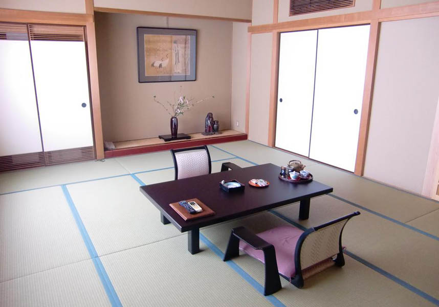 畳敷きの客室には、エアコン、布団、薄型テレビ、冷蔵庫、電気ポット、浴衣、スリッパが備わります。一部の客室には専用バスルーム(ヘアドライヤー付)が付いています。