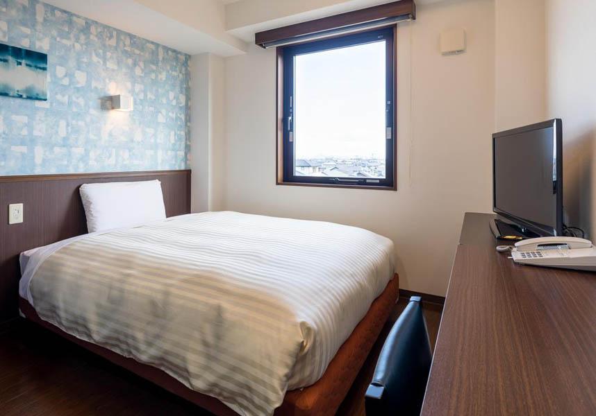 コンフォートイン大垣は、無料の有線インターネットを利用できるシンプルなお部屋、共用エリアでの無料Wi-Fi、無料の朝食を提供しています。お部屋にはエアコン、薄型テレビ、冷蔵庫、電気ポット(緑茶ティーバッグ付)、浴衣が備わっております。