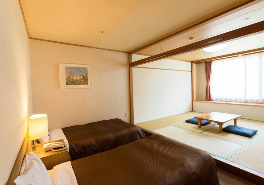 鷲ヶ岳高原ホテル レインボーは郡上の鷲ヶ岳スキー場に位置し、無料Wi-Fi、料の専用駐車場を提供しています。ゲレンデ直結のホテルで、スキースクールを併設しています。