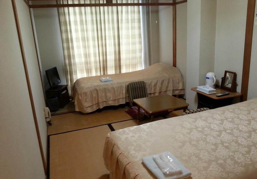 お部屋には薄型テレビ、ポットが備わり、バスルームは共用です。館内に荷物預かりスペースがあります。