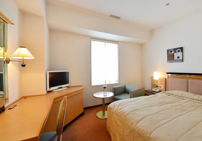 カーペットフロアの客室にはエアコン、薄型衛星テレビ、セーフティボックス、ミニバー(ドリンク付)、電気ポット(緑茶付)、ナイトウェア、スリッパ、専用バスルーム(ヘアドライヤー付)が備わります。