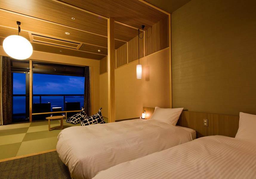 渚の荘 花季のお部屋には、畳敷きのリビングルーム、薄型ワイドスクリーンテレビ、ミニ冷蔵庫、無料のお茶、バスアメニティが備わります。