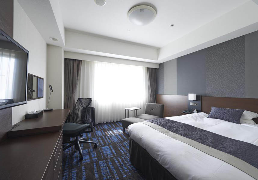 快適なお部屋には専用バスルーム(シャワー付)、衛星テレビ、冷蔵庫、電気ポットが備わります。薄型テレビと無料のブロードバンド・インターネット回線付きのお部屋を提供しています。