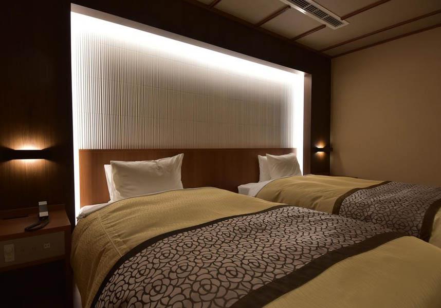 客室にはエアコン、和室エリア(座卓、座布団付)が備わっています。ベッド付きの客室と、布団付きの客室があります。