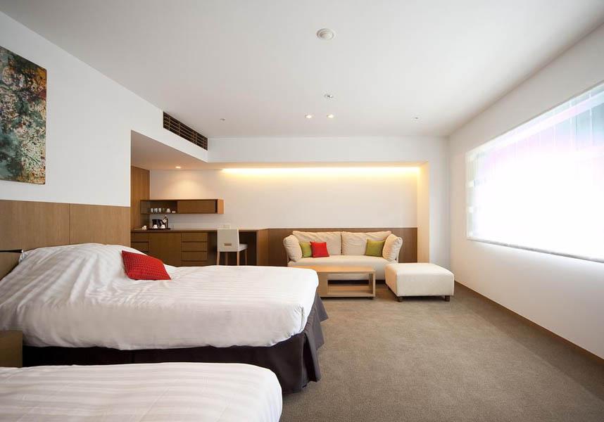 お部屋からは自然の景色を楽しめ、エアコン、専用バスルーム、お茶セット、薄型テレビが備わります。