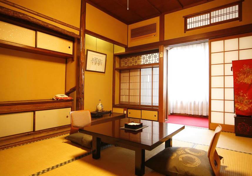 お部屋には薄型テレビが備わっています。バスルーム(無料バスアメニティ付)は共用です。日和山温泉から4.2km、城崎マリンワールドから4.3kmです。
