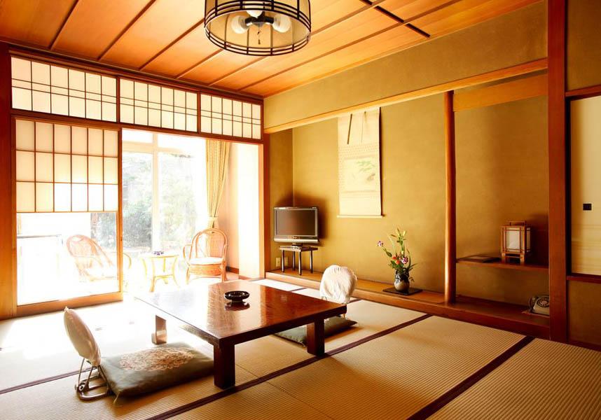 客室には、薄型テレビ、冷蔵庫、電話、トイレが備わっており、バスルームは共用です。食事付プランでは日本料理を客室にて楽しめます。